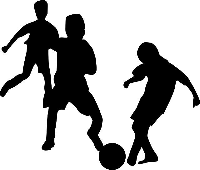 3人の子供がサッカーをしている様子のシルエット画像