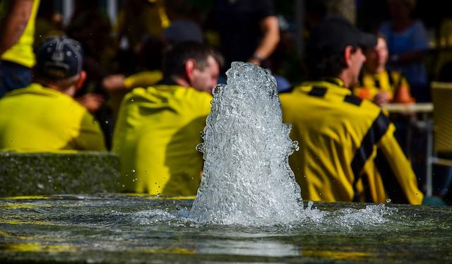 噴水の奥にドルトムントのサポーターたちがピンボケして映っている風景