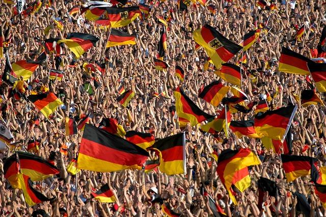 大勢の観客がドイツの国旗を掲げている風景