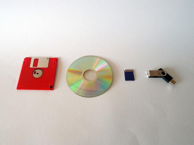 フロッピーディスク、CD-ROM、メモリーカード、USBメモリーが横に並んで置かれている