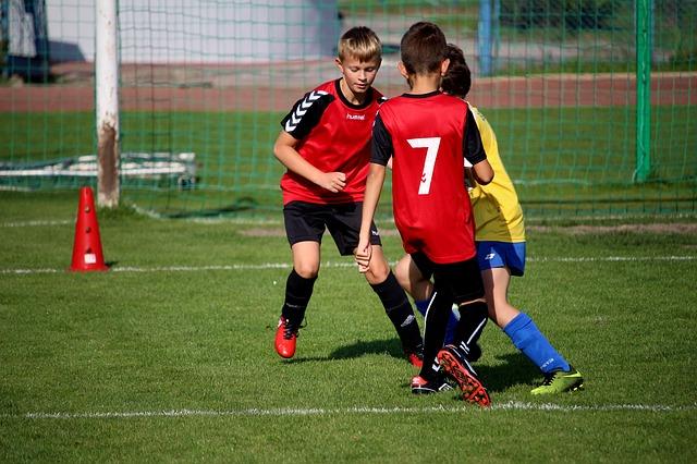 サッカーのトレーニングに励む3人の少年たち