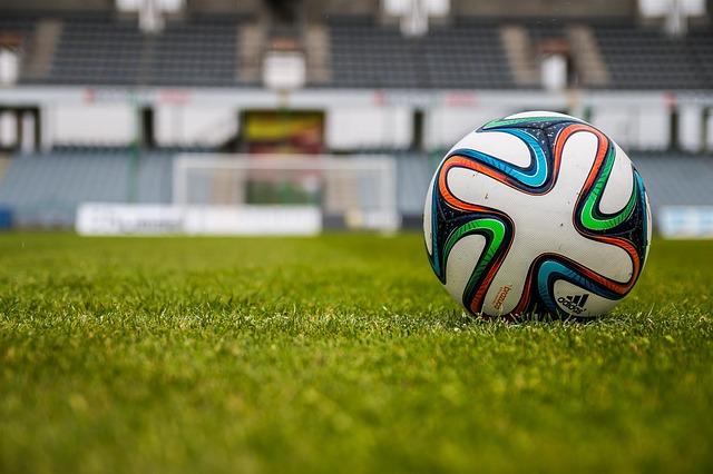芝生の上にポツンと置かれたサッカーボール