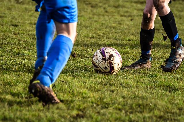 サッカーで1対1の場面を下半身だけズームアップした画像
