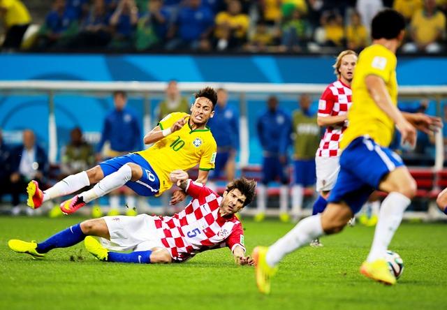 ブラジル代表ネイマールがクロアチア代表選手にスライディングを受けて宙に浮きながら倒れている場面
