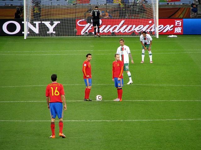 サッカーのポルトガル代表とスペイン代表の試合でシャビとイニエスタがキックオフを持つ場面