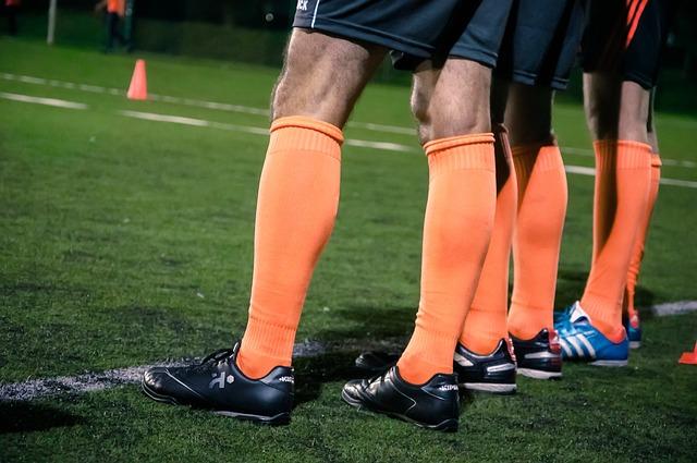 オランダ代表カラーのサッカーのユニフォームを着た選手たちの下半身をズームアップした画像