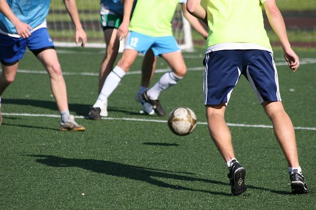 サッカーの練習風景でボールを中心に選手が密集している場面