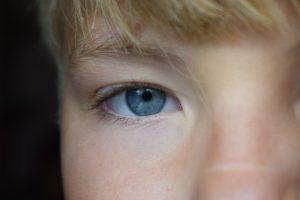 少年の右目をズームアップした画像