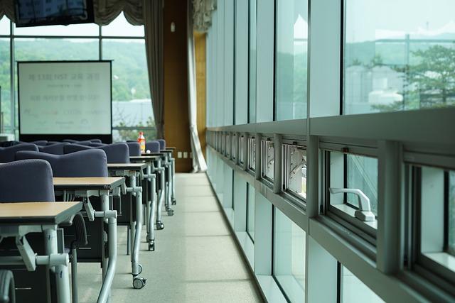 学校の教室で窓と机とホワイトボードが見える風景