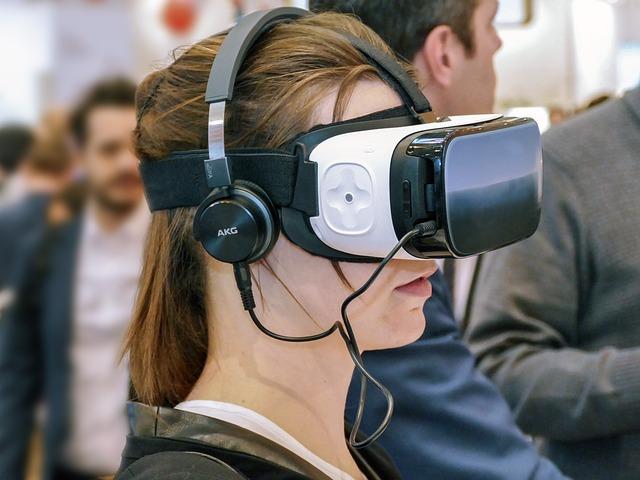 バーチャル(VR)メガネをかけている女性の姿
