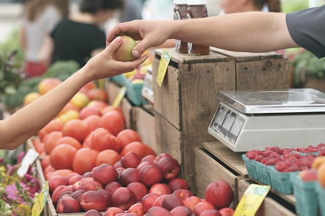 果物を手渡しする場面