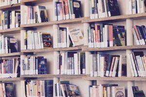 本棚に並ぶ書籍