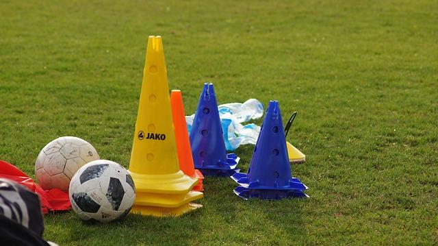 サッカーで使用するトレーニング用具(ボール・パイロン・マーカー・ビブスなど)