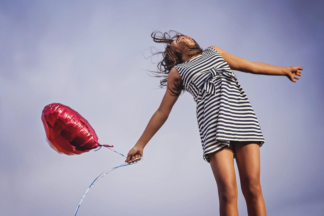 風船を持った女の子の画像