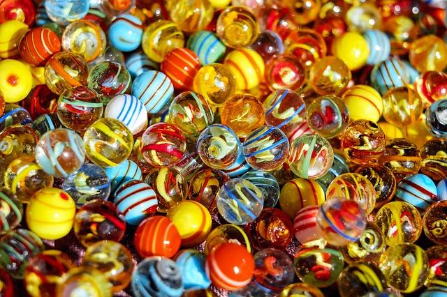 様々な色のガラス玉