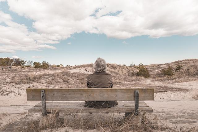 ベンチにポツリと座る男性