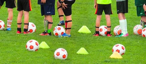 少年サッカーで集まっている子供たちの下半身をズームアップした風景