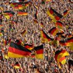 観戦席でドイツ国旗を掲げる大勢の観客たち