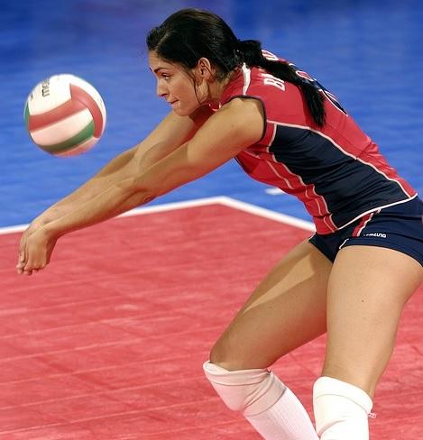 バレーボール女子選手がレシーブをしている場面