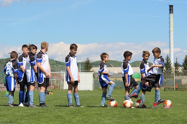身体の大きさが違うサッカー少年が横1列に並んでいる風景
