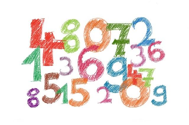 カラフルな1から9までの数字が大小バラバラに配置されているイラスト