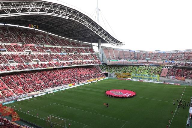日本のトヨタスタジアムでサッカーの試合が始まる前の風景