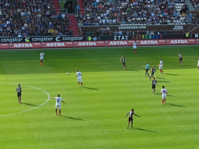 サッカーの試合でディフェンスがボールを回している場面を高い位置から撮影した風景