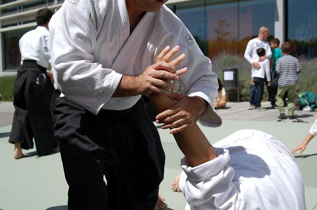 古武道で相手の手首を掴んで抑え込んでいる様子