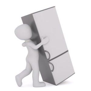 倒れそうな冷蔵庫を踏ん張って押す白い人形のイラスト