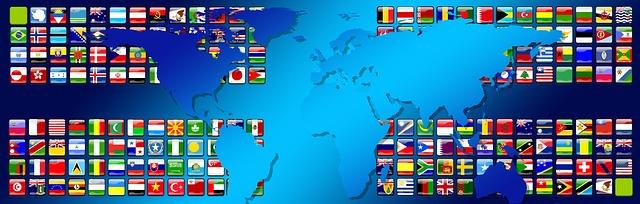 ブルー系の世界地図と世界各国の国旗が描かれたイラスト