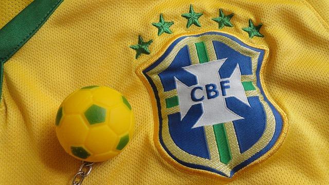 ブラジル代表ユニフォームの公式エンブレムとサッカーボールのキーホルダーをズームアップした画像