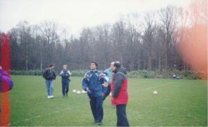 オランダPSVアイントフォーヘンの練習場の風景でロマーリオがインタビューを受けている場面