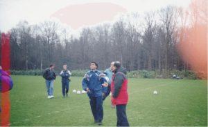 PSVアイントホーフェンのトレーニング場で地元の記者からインタビューを受けるロマーリオ