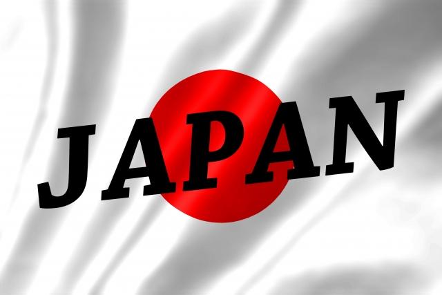 風でなびく日本国旗の表面にJAPANと書かれているイラスト