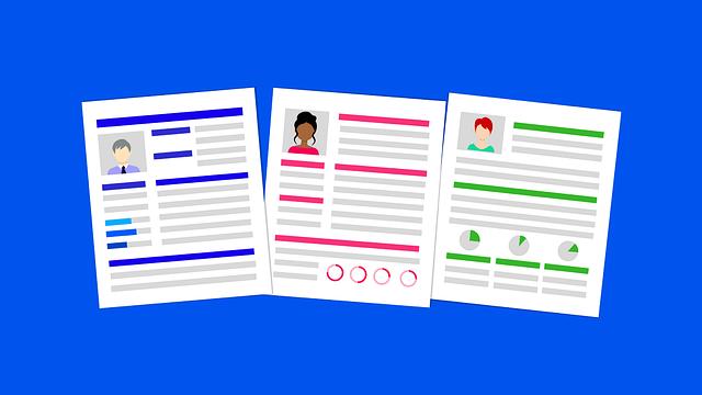 3人のキャリアが書かれた履歴書が左から青赤緑と3枚並んでいるイラスト