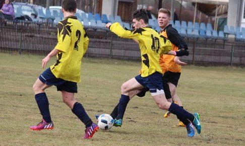 中学生年代のサッカーの試合風景