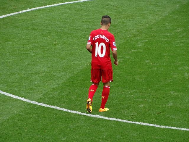 世界トップレベルの選手であるコウチーニョの後ろ姿を撮影したサッカーの試合風景