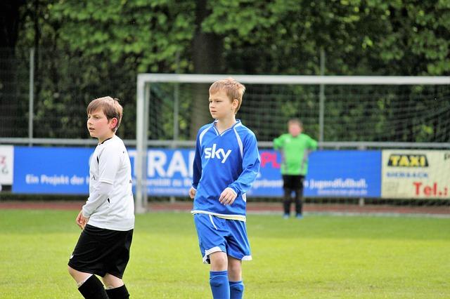 少年サッカーの試合でオフェンスの選手とディフェンスの選手が映っている場面