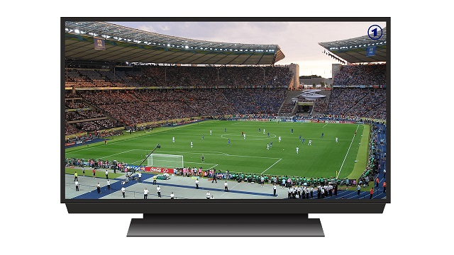 大型のテレビにサッカーのスタジアム全体が写っている試合の画像